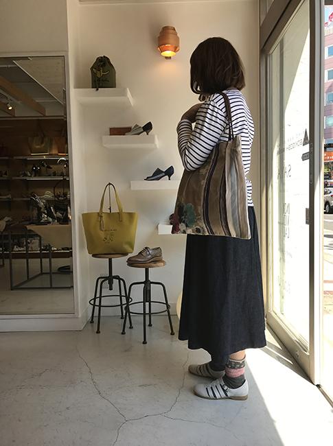 ボーダー×デニムスカートのカジュアルスタイルに合わせたのは、SAYAのデザインシューズ。<br>履き口もゴムで脱ぎ履きしやすく、ソールも天然クレープで返りもよく歩きやすい。サイドに空きのあるデザインは、ソックス使いも楽しめる一足です。