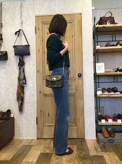 昨年末から人気の上がってきたミニサイズのバッグですが、春夏シーズンに向けて海外、国内のブランド共に新モデルや定番のバッグをミニサイズにしたモデルをリリースしています。<br>ラボキゴシからスクエア型の使い易いミニショルダーをご提案。これからの春の行楽シーズンに持つだけで女性らしく洗練されて見えるミニショルダーで、お出かけしてみては。